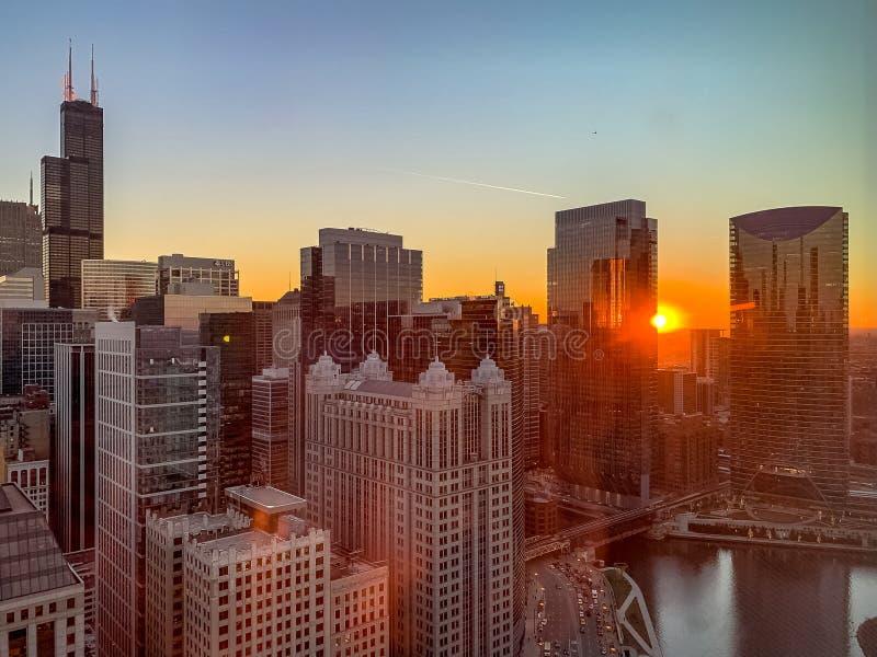 Het gloeien zonsondergang over de Rivier van Chicago stock afbeeldingen