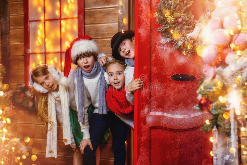 Het gluren uit van de deur stock foto