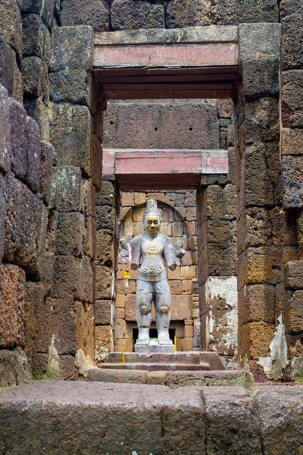 Het godsdienstige standbeeld in Prasat Muang zingt gelegen in Kanchanaburi, T royalty-vrije stock fotografie