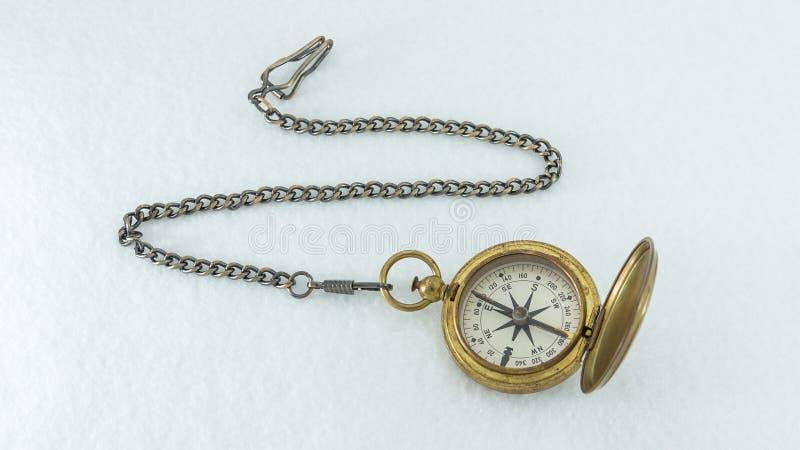 Het goed gebruikte kompas en de ketting van de V.S. militaire die op wit wordt geïsoleerd royalty-vrije stock afbeeldingen