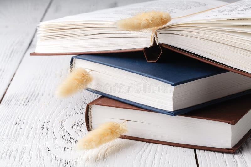 Het `-het goedgeheugen van s, een boeket van droge lavendel en gras en boeken stock fotografie