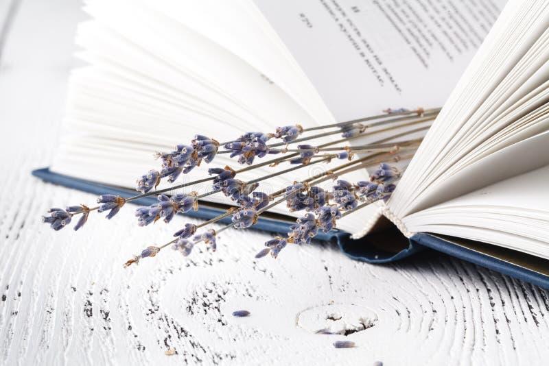 Het `-het goedgeheugen van s, een boeket van droge lavendel en gras en boeken royalty-vrije stock foto