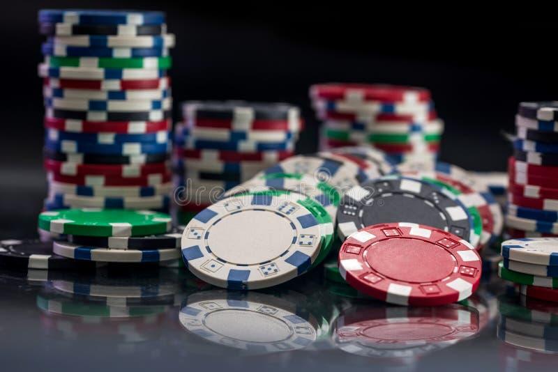 Het gokken concept met casinospaanders op zwarte royalty-vrije stock fotografie