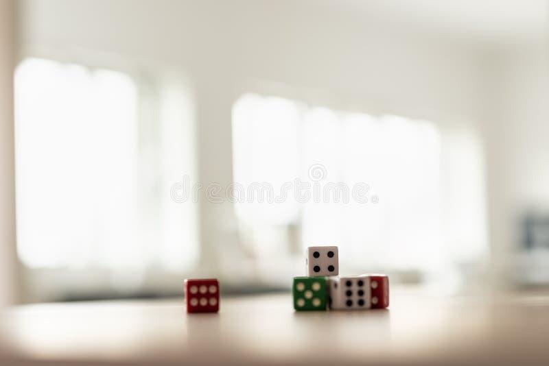 Het gokken dobbelt gestapeld op bureau stock foto's
