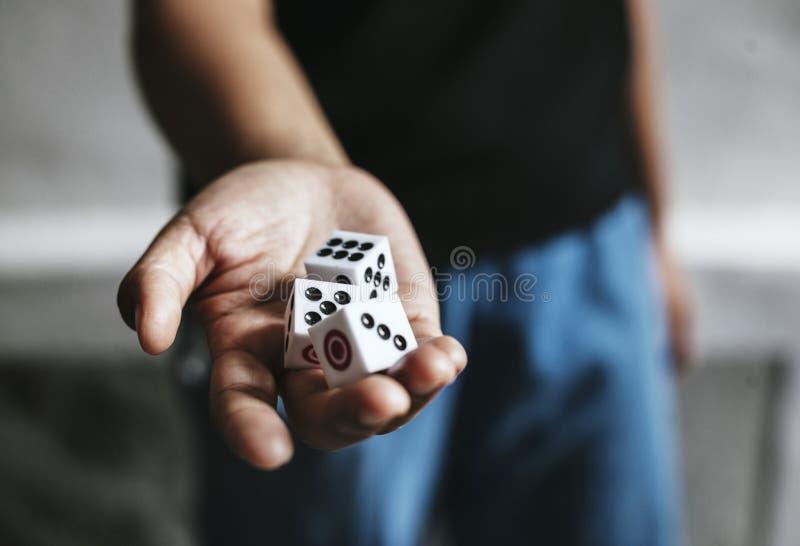 Het gokken dobbelt kubus rollend casino royalty-vrije stock foto