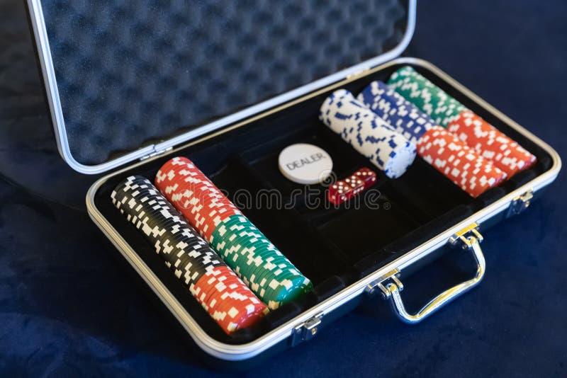 Het gokken van spaanders voor handelaar in de open zilveren aktentas van de metaalveiligheid op pool of goklijst royalty-vrije stock fotografie