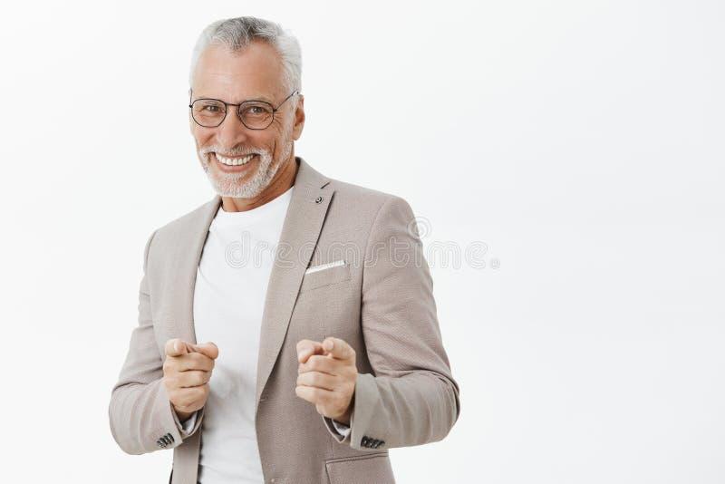 Het gotcha Portret rozbawiony i szczęśliwy beztroski uczucie starego człowieka wzmacniający gotowy robić pieniądze wskazuje przy  zdjęcie stock