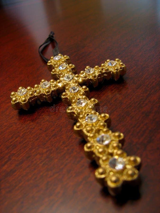 Het goud jeweled kruis stock fotografie