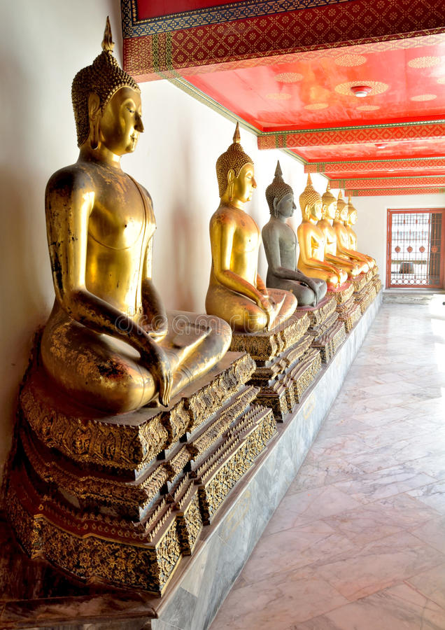 Het gouden beeldhouwwerk Thai van Boedha stock fotografie