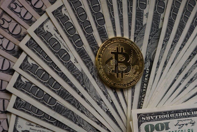 Het gouden bitcoinmuntstuk op ons dollars sluit omhoog stock afbeeldingen
