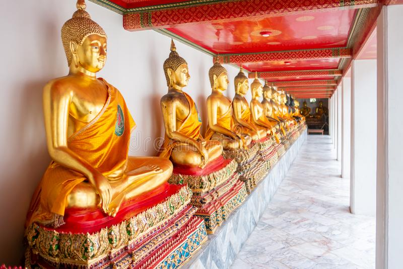 Het Gouden Boedha Standbeeld van Nice in de Tempel van Thailand stock foto's