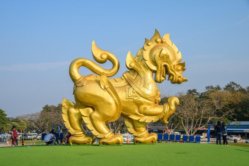 Het gouden grote pictogram van standbeeldsingha op groene heuvel bij singhapark royalty-vrije stock foto's