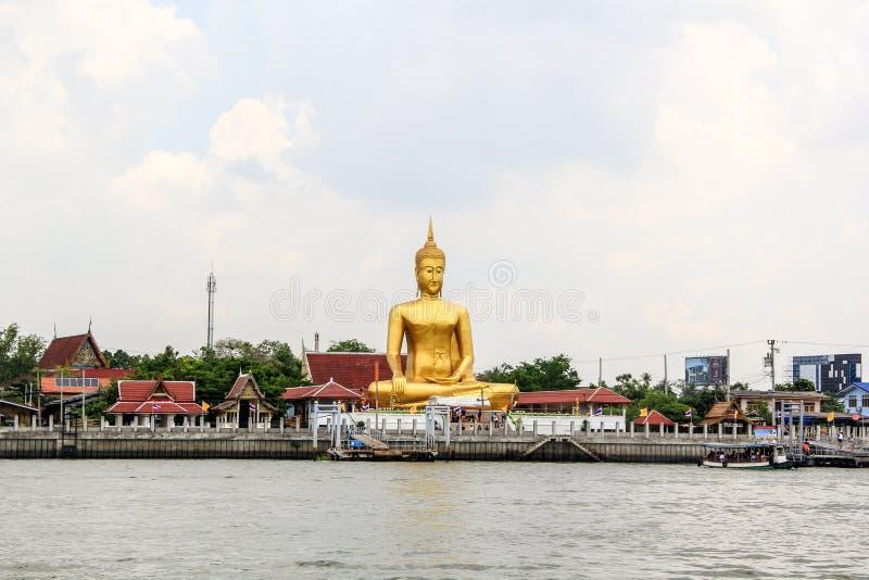 Het gouden grote standbeeld van Boedha van Wat Bangchak Temple royalty-vrije stock afbeeldingen