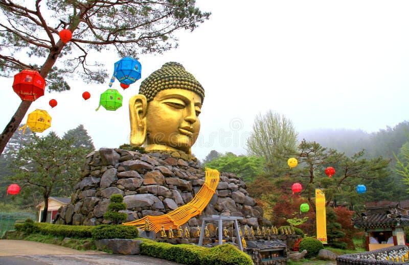 Het gouden hoofd grote die standbeeld van Boedha met lichaam van stenen wordt gemaakt stock afbeelding