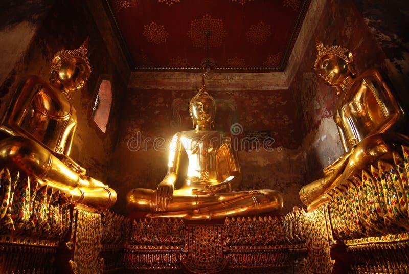 Het gouden klassieke standbeeld van Boedha in terras van Suthatthepphaararam tem stock foto's