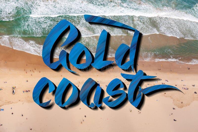 Het gouden kust van letters voorzien over satellietbeeld van mensen op het strand in Queensland, Australië royalty-vrije stock afbeeldingen