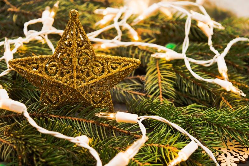 Het gouden ornament van sterkerstmis met spar en slinger royalty-vrije stock foto