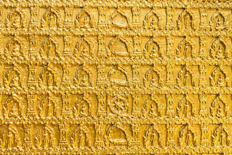 Het gouden patroon van de buddhistsmmuur in een tempel Ubon Thailand stock afbeeldingen