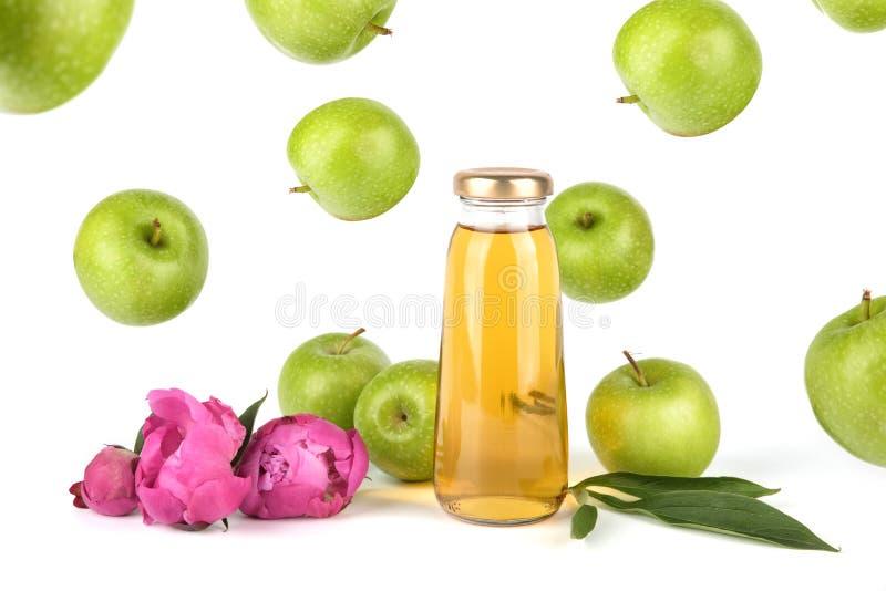Het gouden sap van Apple in fles stock afbeelding