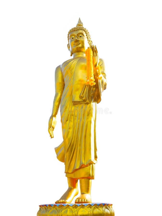 Het gouden standbeeld die van Boedha zich met gele bloemslinger bevinden op zijn die linkerhand op witte achtergrond wordt geïsol royalty-vrije stock afbeelding