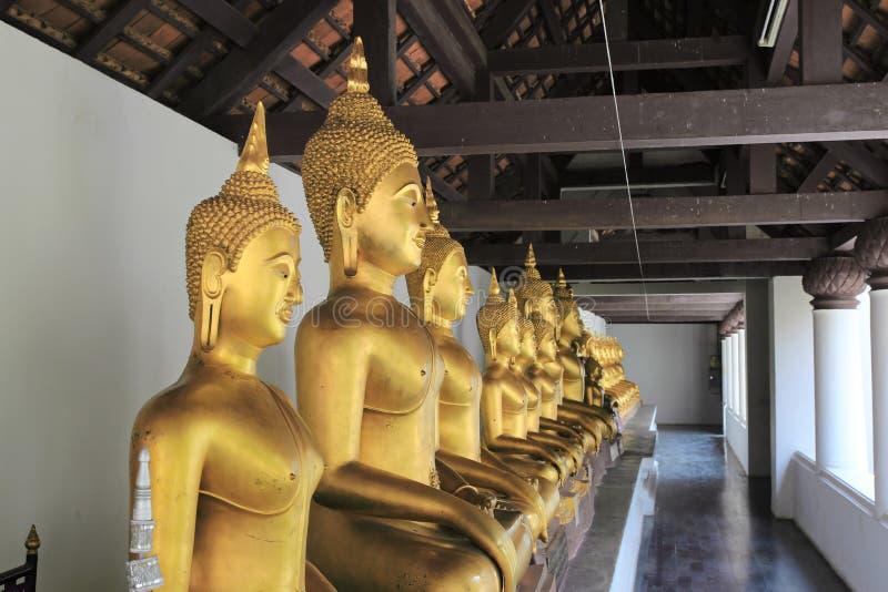 Het gouden standbeeld van Boedha stock afbeelding