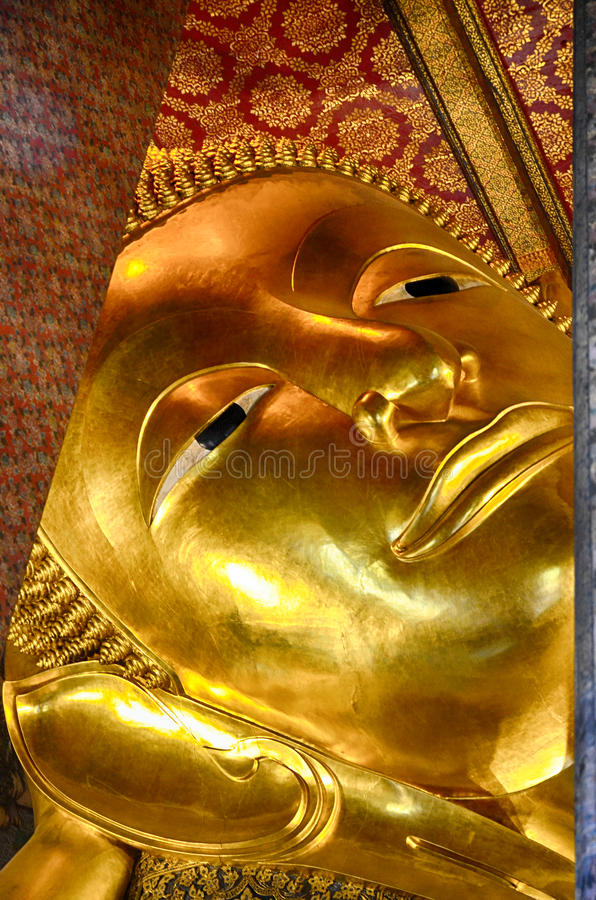 Het gouden standbeeld van Boedha stock foto