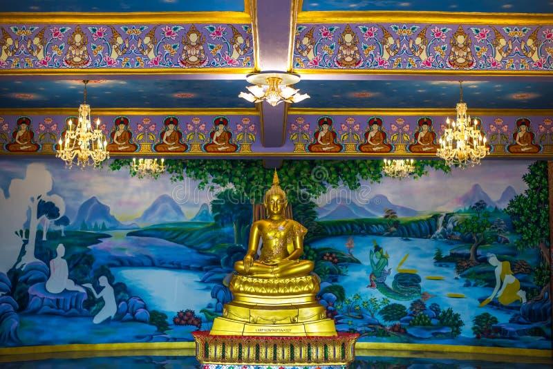 Het gouden standbeeld van Boedha binnen een tempel royalty-vrije stock afbeelding
