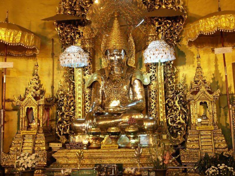 Het gouden standbeeld van Boedha in Birma royalty-vrije stock afbeelding