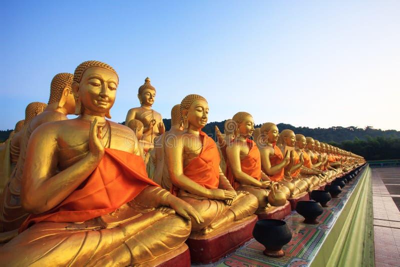 Het gouden standbeeld van Boedha in boeddhismetempel Thailand tegen verdwijnt B langzaam stock fotografie