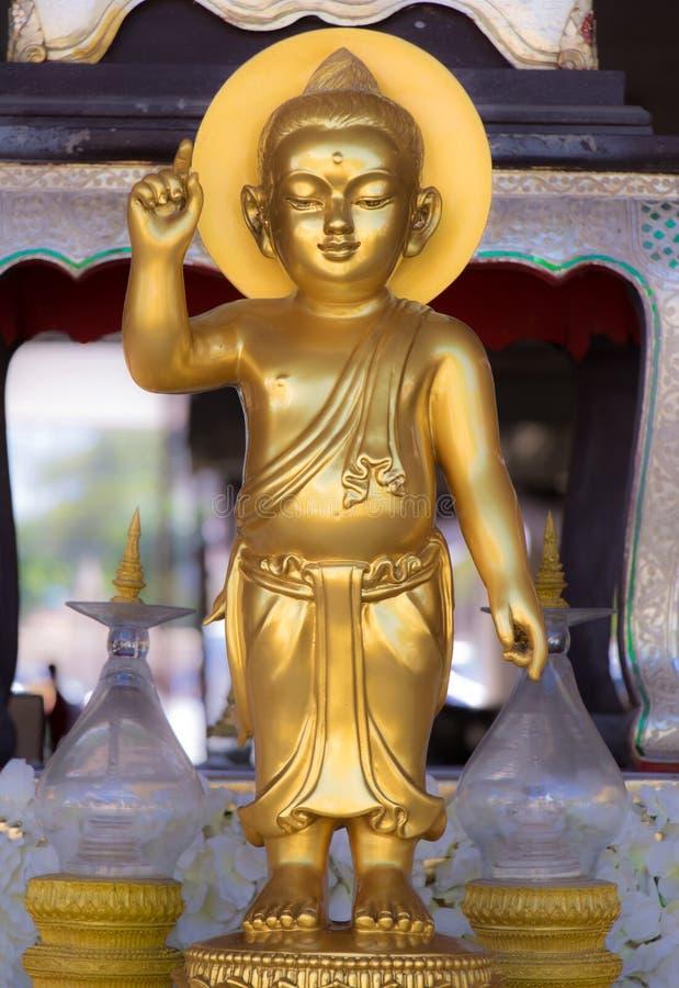 Het gouden standbeeld van Boedha in Boeddhistisch klooster stock afbeeldingen