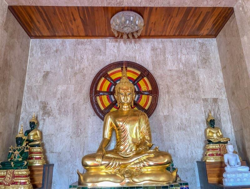 Het gouden standbeeld van Boedha in de tempel stock fotografie