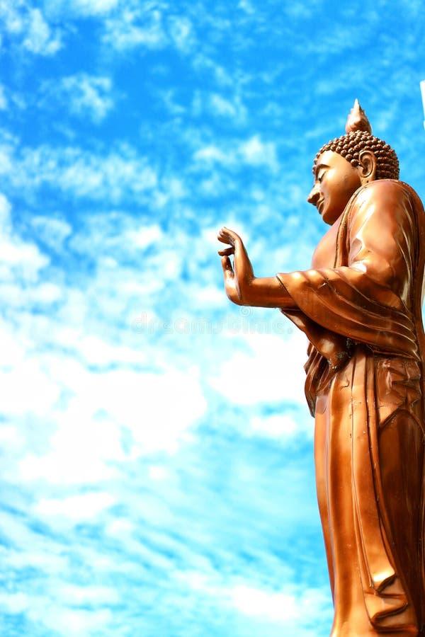 Het gouden standbeeld van Boedha, mooie openlucht, Thaise tempel, hemel achtergrondconcept van Boeddhisme royalty-vrije stock foto