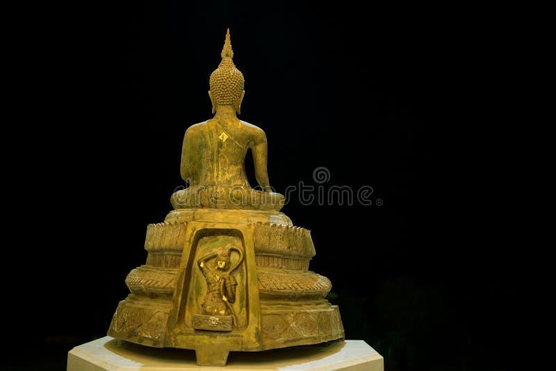 Het gouden standbeeld van Boedha op geïsoleerde zwarte achtergrond royalty-vrije stock foto's