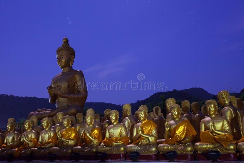 Het gouden standbeeld van Boedha in tempel met mooi met aga van de sterstaart stock fotografie
