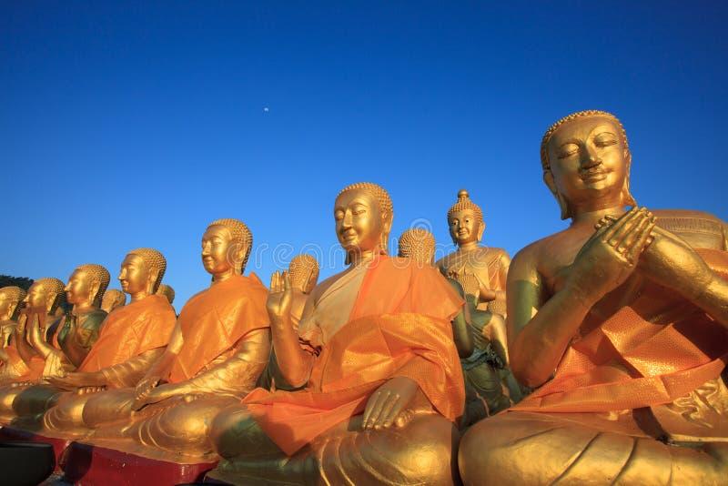Het gouden standbeeld van Boedha in tempel met mooie ochtend lichte agai stock foto's