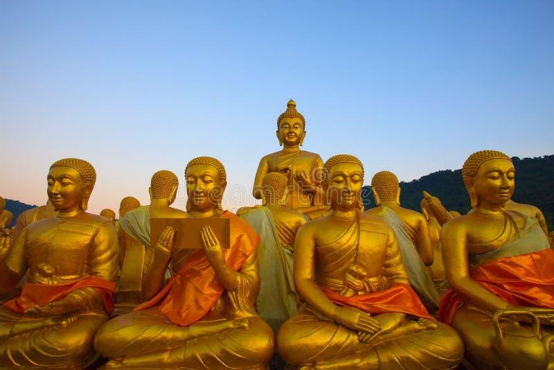 Het gouden standbeeld van Boedha in tempel met mooie ochtend lichte agai royalty-vrije stock foto's