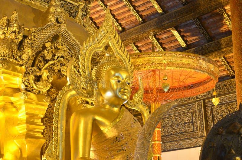 Het gouden standbeeld van Boedha in Thailand stock fotografie