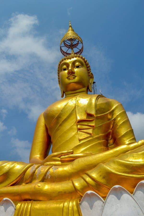 Het gouden standbeeld van Boedha in Tiger Cave Temple Thailand royalty-vrije stock fotografie
