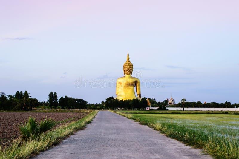 Het gouden standbeeld van Boedha in Wat Muang in Angthong, Thailand stock fotografie