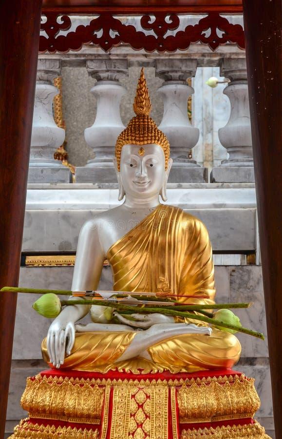 Het gouden standbeeld van Boedha in Wat Trimit in Bangkok, Thailand royalty-vrije stock foto's