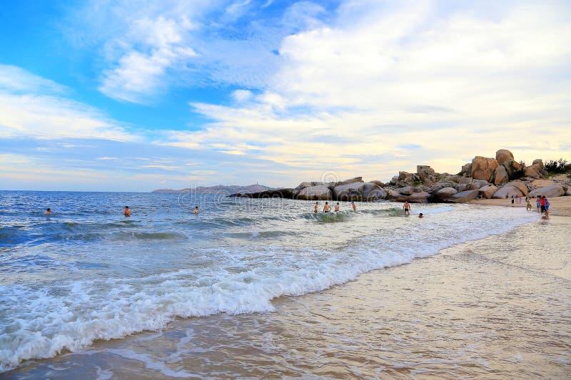 Het Gouden strand en het katoen betrekken hemel op Pingtan-Eiland royalty-vrije stock afbeelding