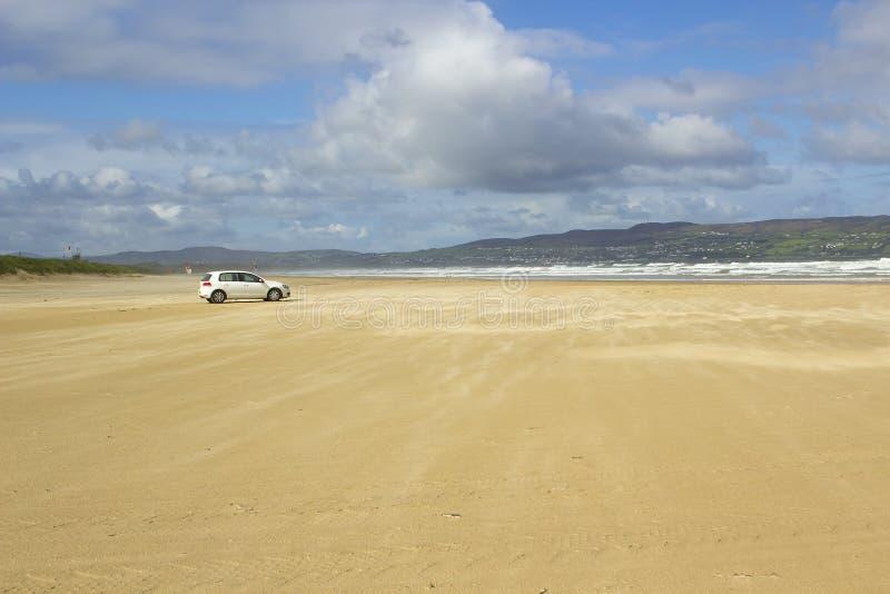 Het gouden zand van het verlaten strand in Benone in Provincie Londonderry op de het Noordenkust van Ierland stock afbeeldingen