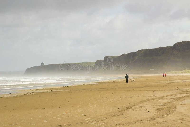 Het gouden zand van het verlaten strand in Benone in Provincie Londonderry op de het Noordenkust van Ierland royalty-vrije stock foto