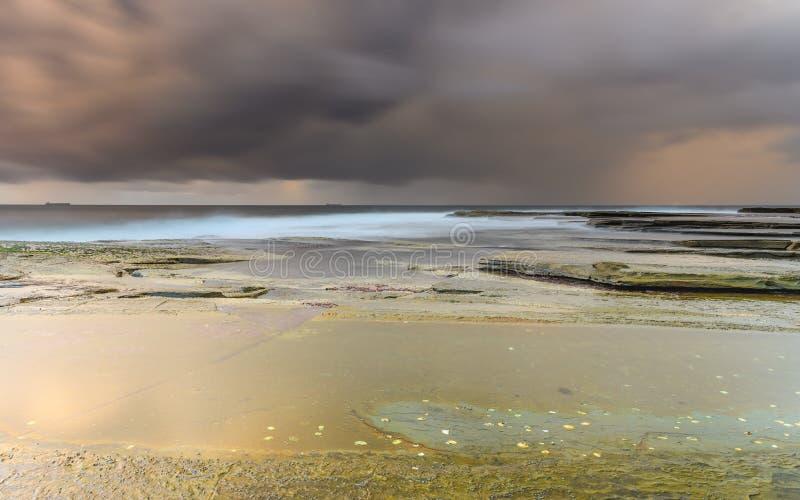 Het gouden Zeegezicht van de Uur Humeurige Zonsopgang stock foto's