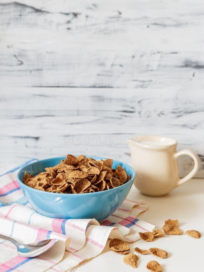 Het graangewas van het de zemelenontbijt van het tarweboekweit met melk in ceramische kom stock afbeelding