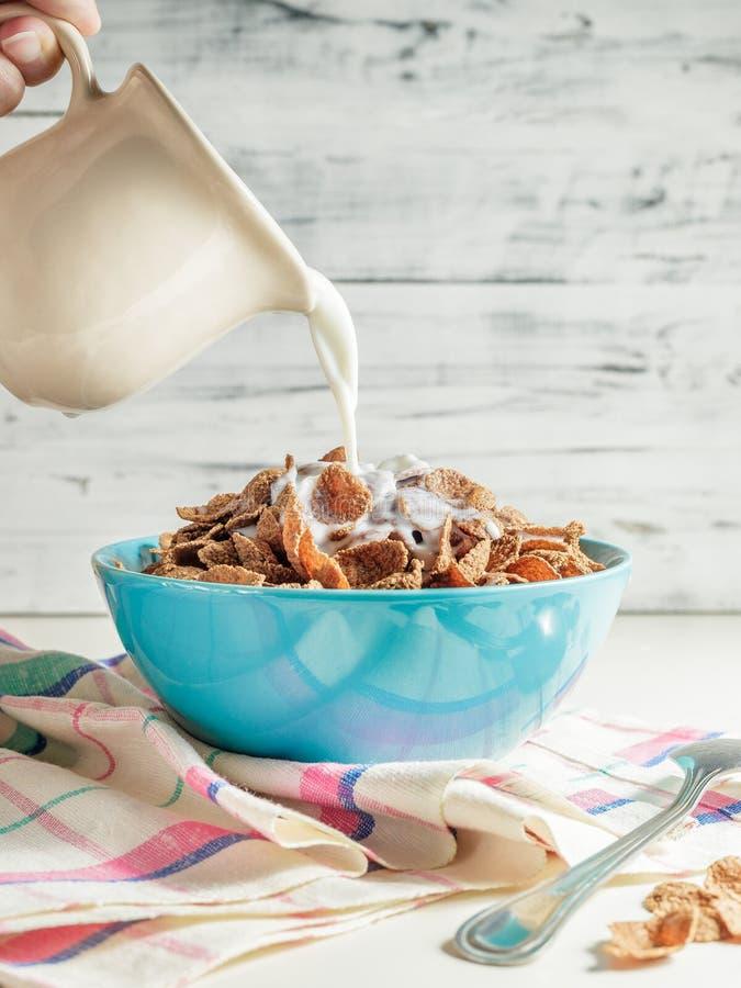 Het graangewas van het de zemelenontbijt van het tarweboekweit met melk in ceramische kom royalty-vrije stock foto