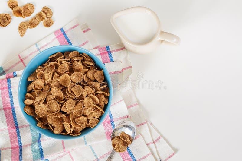 Het graangewas van het de zemelenontbijt van het tarweboekweit met melk in ceramische kom royalty-vrije stock foto's