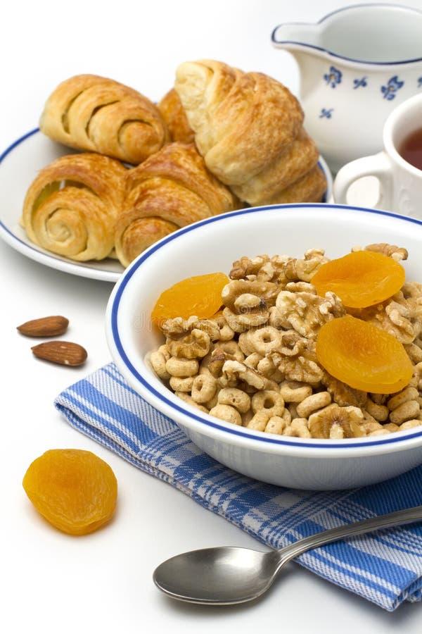 Het graangewas van het ontbijt met croissant stock afbeeldingen