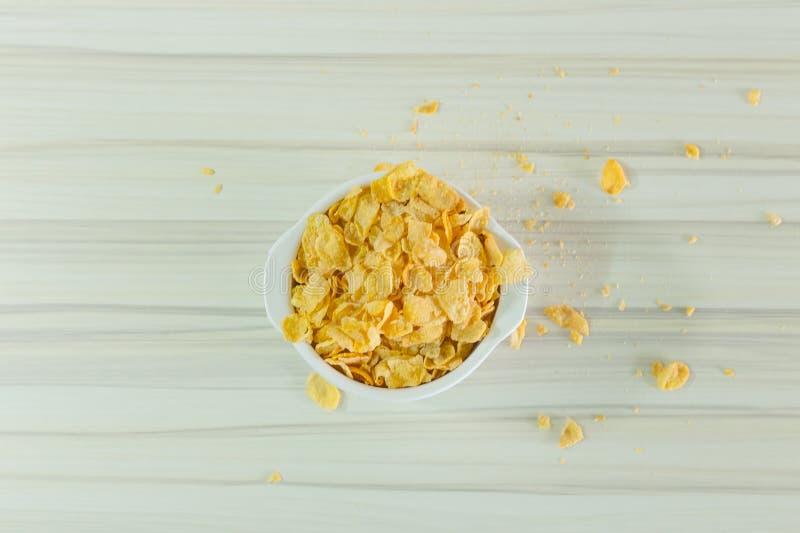 Het graangewassenontbijt van beeld na streeft het Dichte omhooggaande Cornflakes in witte kom royalty-vrije stock afbeeldingen