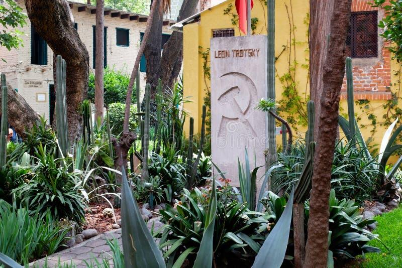 Het graf van Leon Trotsky bij het huis waar hij in Coyoacan, Mexico-City leefde stock fotografie